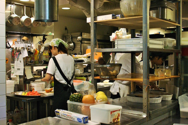 キッチンの中では障害者と健常者が一緒になって適材適所で働いている。