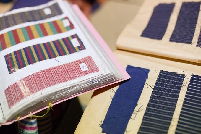 (右側が昭和30年代始めの頃の縞帳、左側が現在使用中の縞帳。緯糸と経糸の組み合わせ、縞の太さで、会津木綿の変化の可能性は無限に広がります。 撮影:馬場加奈子)