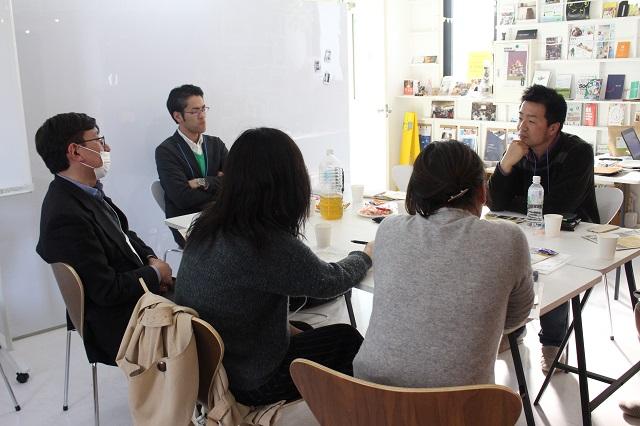 イベント参加者に語る吉澤さん(写真右)