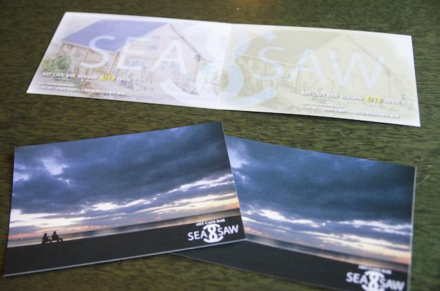 SEA SAWのフライヤー。名前は「海(=SEA)」と「見る、見ていく(= SEE)」と「見てきた(=SAW)」という、過去から現在、未来に繋ぐ意味を込めてつけられた 撮影:浅野拓也
