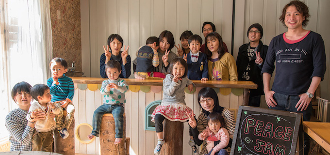工房内は母親と子どもたちで常に賑わっています。9月にオープン予定の工房併設のカフェにて集合写真。写真提供:ピースジャム