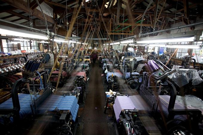 (会津木綿工場の様子。70年以上前の豊田織機を修理しながら使っている。写真提供:IIE)