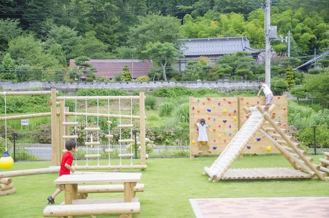 多くの遊具が工房横のスペースに新設され、子どもたち、地域住民の憩いの場となっています。