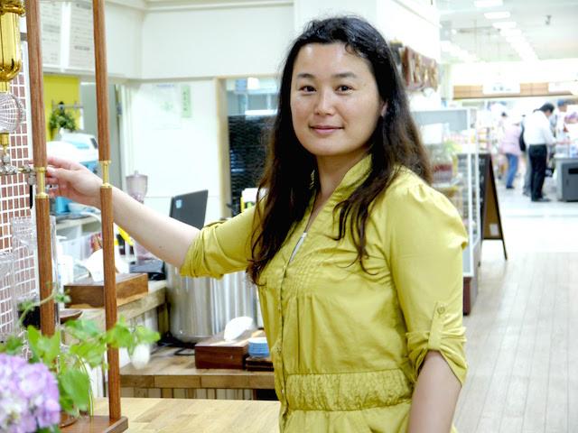 鹿島美織さん。夏に人気の水出しコーヒーの準備中。6時間かけてゆっくり抽出される